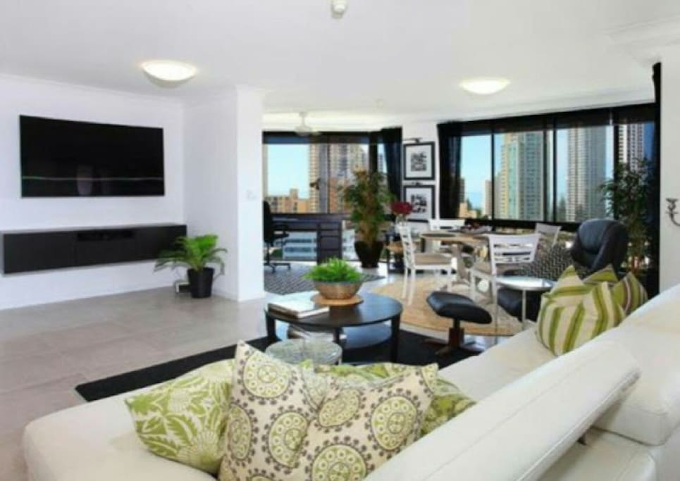 Livingroom with luxury couch & furnishings. Huge 3D smart TV. Watch Netflix, YouTube , TV or screen cast from your smartphone!