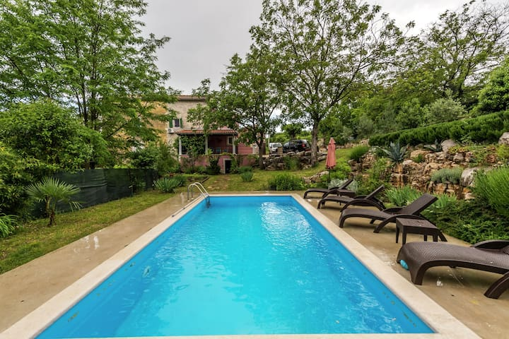 Detached house surrounded by greenery with lots of privacy and private pool