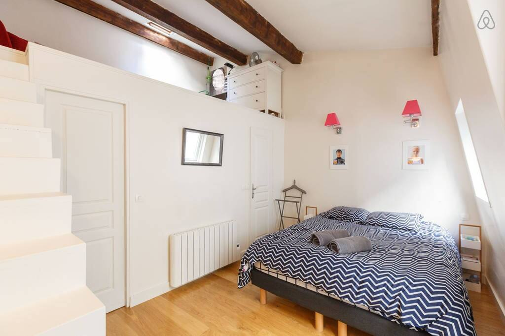 Large double bedroom with comfortable  Quenn Size bed (160x200cm) & view of the mezzanine