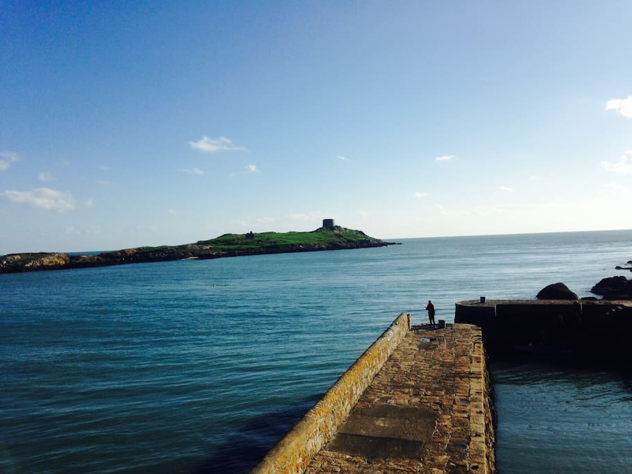 Coliemore Harbour, Swim off the Harbour Wall, walk back in to apt for a hot Jacuzzi Bath or Shower