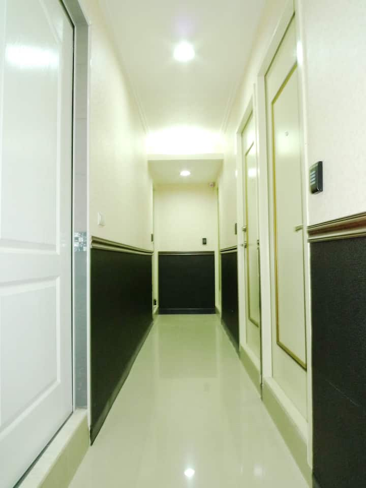 Near to MRT about 5mins walk/一張大床(one double bed)