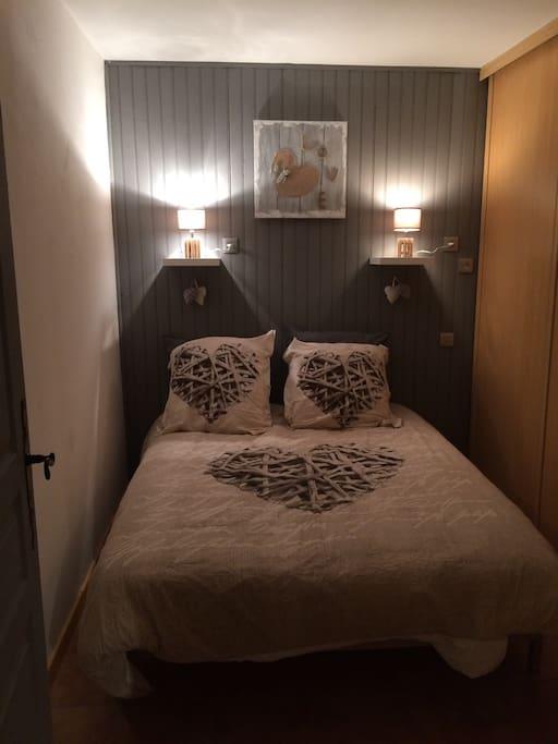 Chambre à coucher 1 lit 2 places literie confortable  1 grand placard Draps fournis