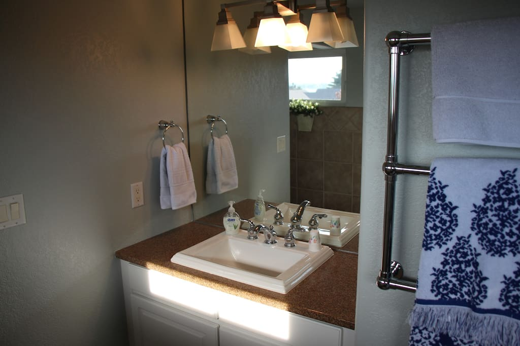 Private bathroom in Lake View (Bedroom One.)