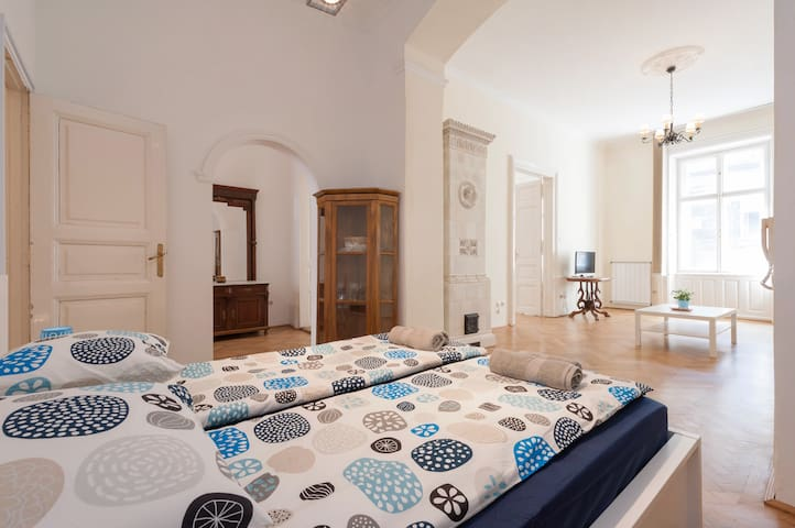Elegant Basilica Apartment-sleeps 4 - Budapest
