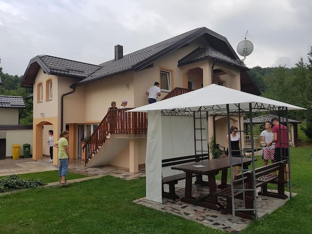 Četverosobni apartman s balkonom Smoljanac (Plitvice) (A-14603-c)