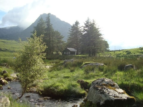 Y Cwt Gwyrdd, cosy shelter in a mountainous valley