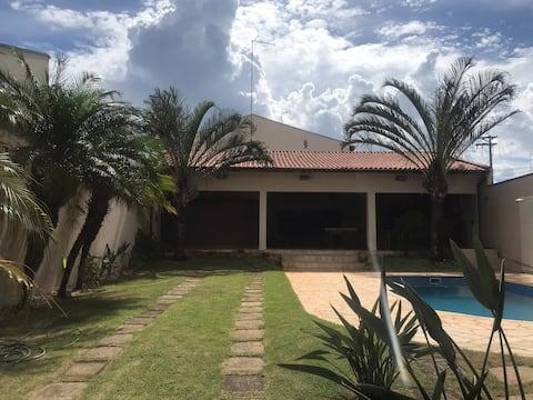 Casa aconchegante com piscina.