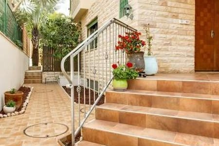 Lovely 4BD Ness-Ziona house in a quiet area - נס ציונה - Ház