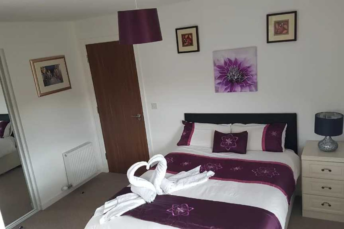 four bed room and four bathroom house. each room have a private bathroom. share living room, kitchen,car park and back garden.  close to Glasgow city center and bus stop and Dalmarnock train station (7 minute to Glasgow train station).