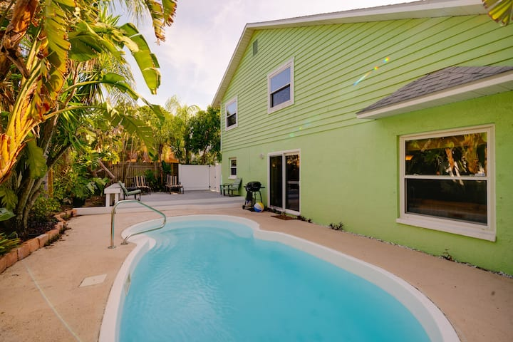Clean Fresh and Beachy with a great private Pool.