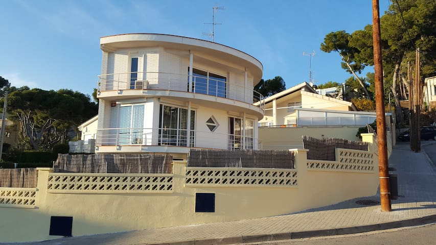Spacious villa with pool - very close to Barcelona - Castelldefels - Huis