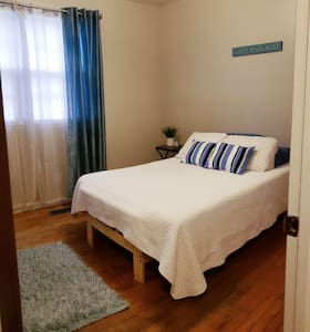 Quaint & Cozy Room - 20 minutes from Beach Access!