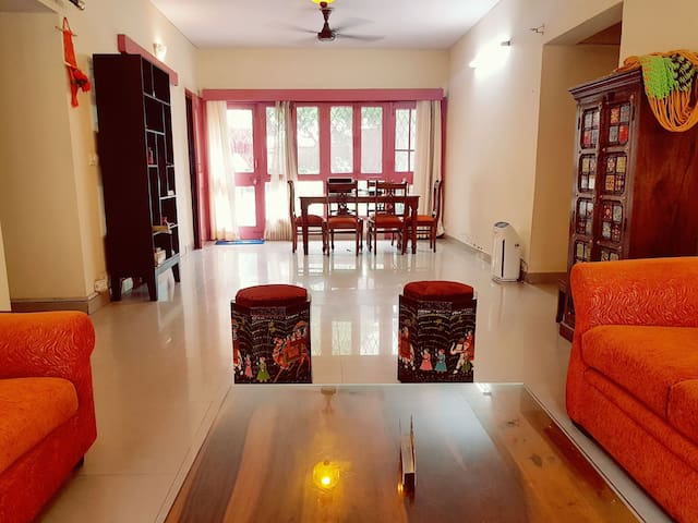 Airy spacious room in Noida's VVIP area Sector 15A