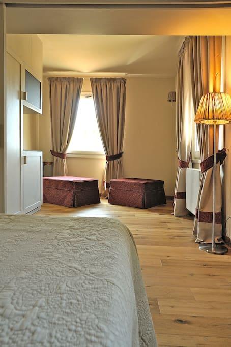 Area soggiorno con 2 pouf letto