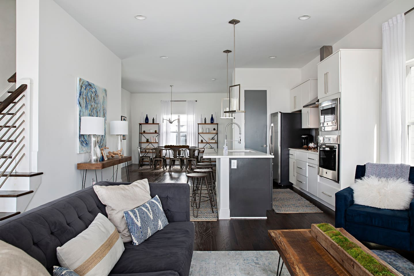 Clean & Spacious, perfect for your group PLUS a huge rooftop deck with 360 degree views of the Nashville skyline!