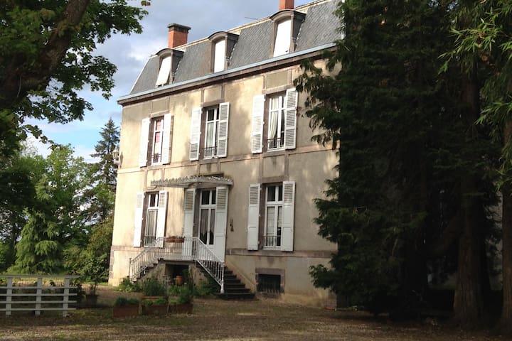 Maison de maître de Chassignoles (63190 Orléat)