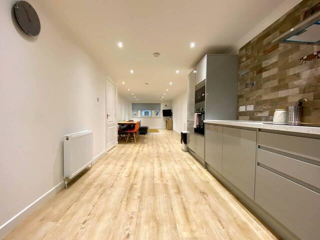 Large Modern 3 Bedroom Apartment - Free Parking
