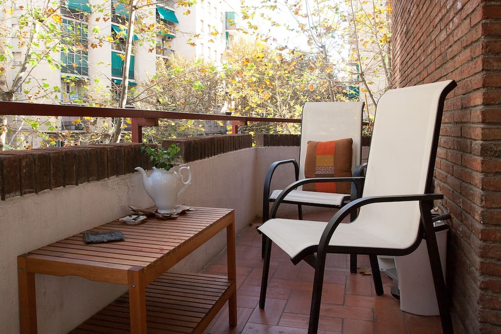 The privat balcony comes with the room. There is no better place to hang out after an unforgetable Barcelona adventure.