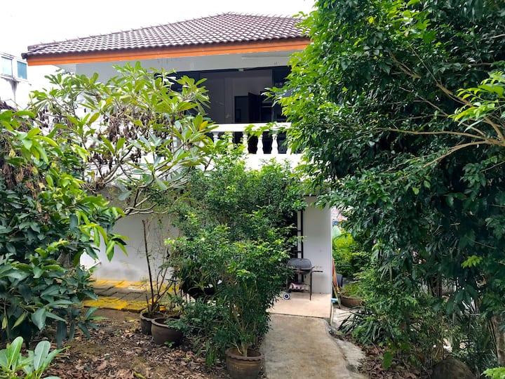 Большой двухэтажный дом вблизи пляжа Камала.