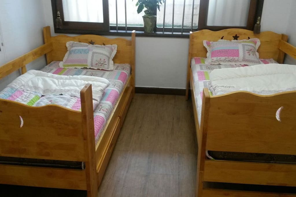 2인 또는 3인의 가족처럼 온화한 방.