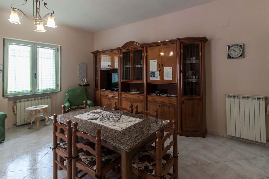 Sala da pranzo con tavoli e sedie