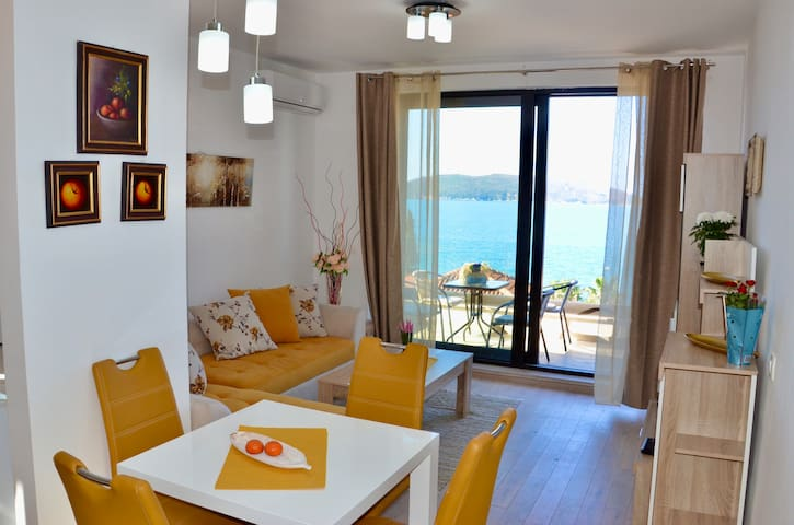 Sunny Sea view apartment with terrace free parking