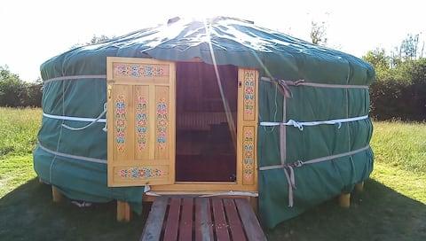 Yurt from the Madding Crowd, Y Bwthyn, Glanddu