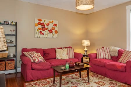 Private Bed and Bath Downtown Salem - Apartment