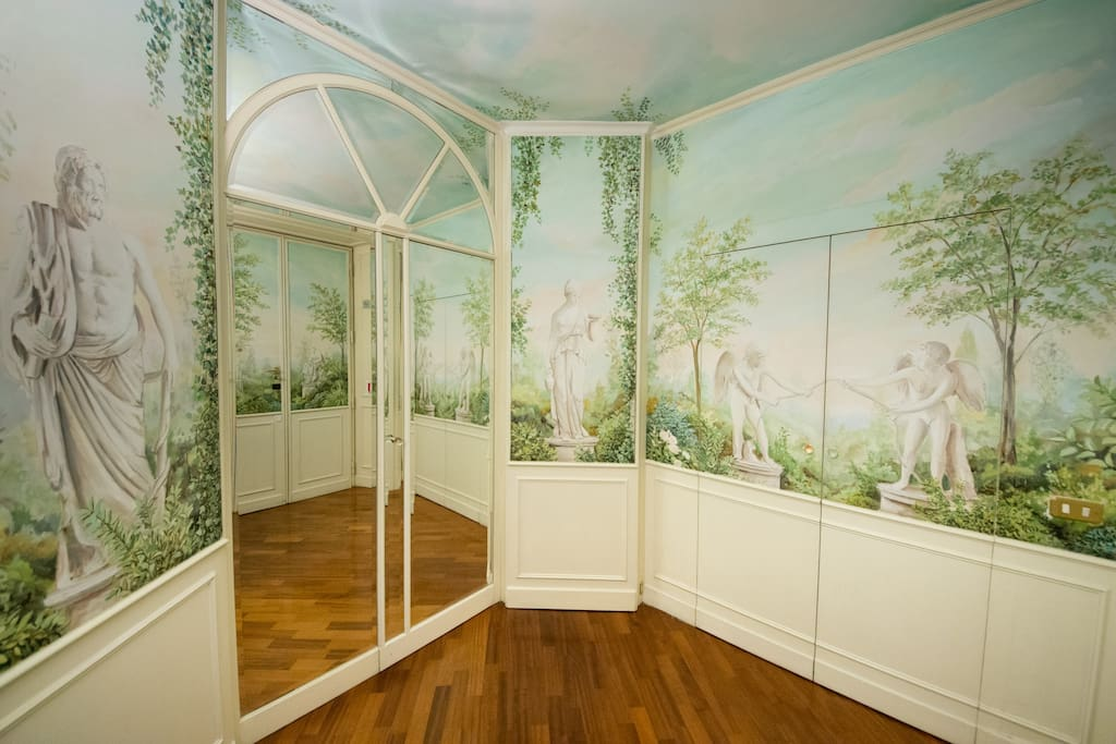 Entrance, frescoed with conservatory, true Italian style