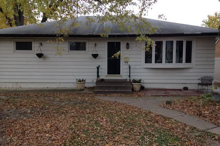 Spacious Home Centrally Located - Rock Island - House
