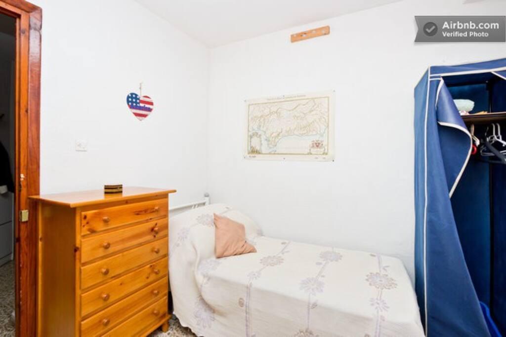 habitación individual : cama individual y armario.