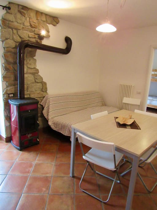 zona living con stufa e divano letto