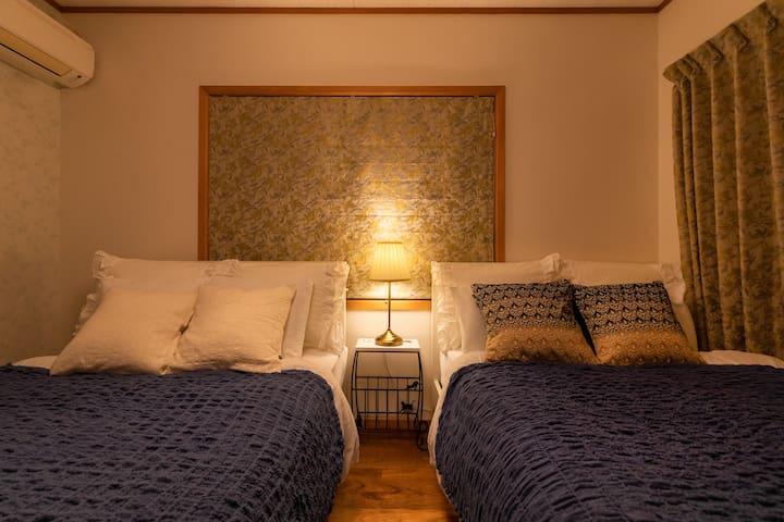 セミダブルベッドが2つのお部屋です