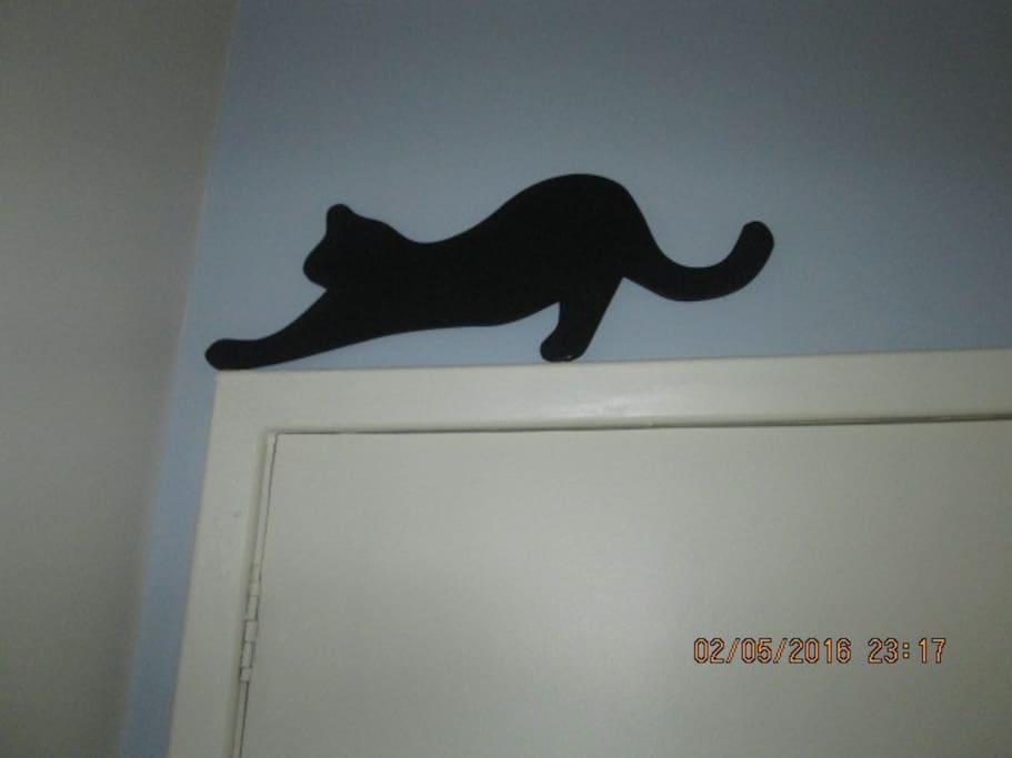 Detalhe acima da porta de entrada: o gato preto.