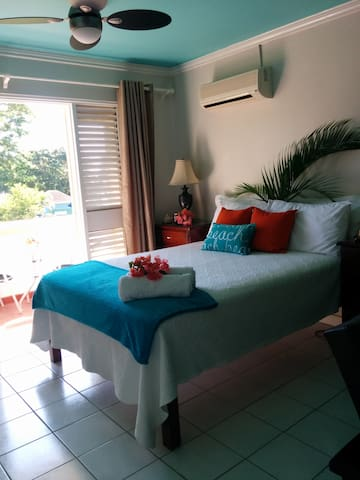 Turquoise Sands Oceanview, Wifi, on the Beach - Negril - Lejlighed