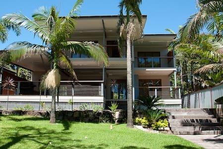 "Absolute Beachfront Luxury ""Omaroo"" in Cowan Cowan - Moreton Island - Annat"
