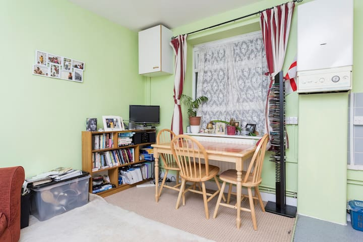 .this cosy lounge is always tidy and quite, relaxing looking into the calm trees, in aquite environment. can view the city from here. Beautiful plants . Great to chill watching amovie or chat or having something to eat