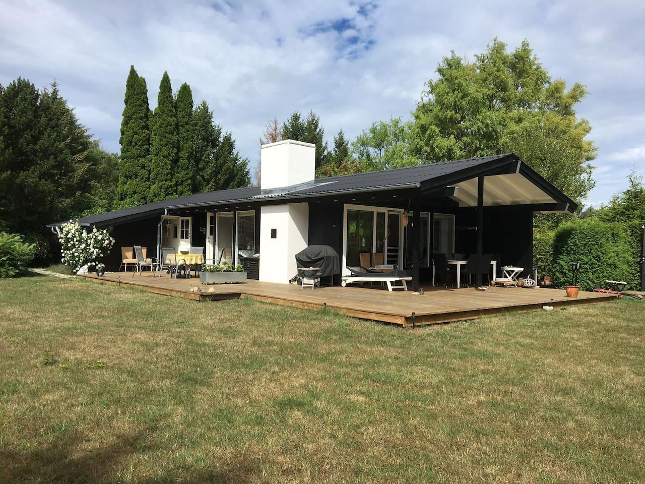 Huset med syd - og vestvendt terrasse
