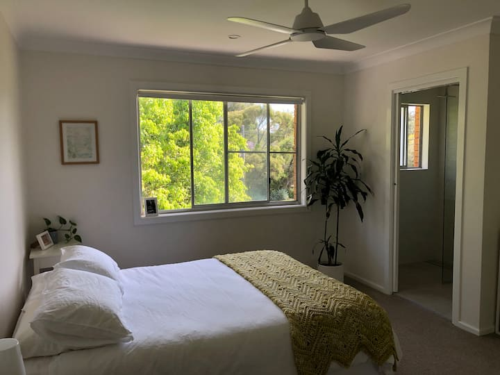 Comfortable family home close to beach and shops!