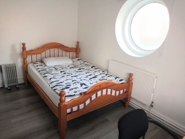 Large private room with double bed in zone 2