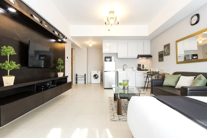 Best Location! Stylish studio in BGC w/ WiFi (B5)