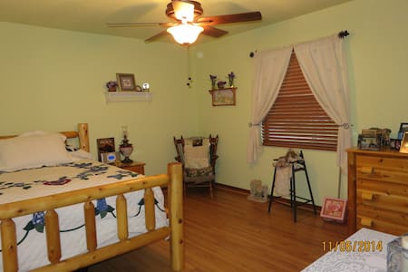 The Cozy Amish Room - Lake Mary