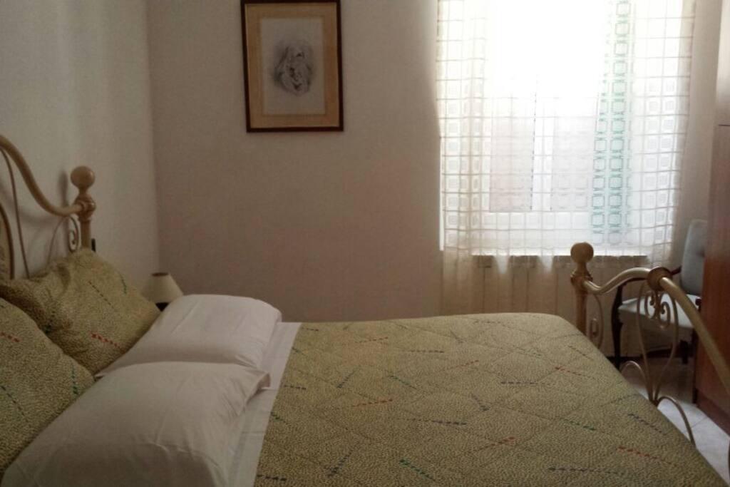 Ampia camera da letto matrimoniale con possibilità di aggiungere lettino da campeggio.
