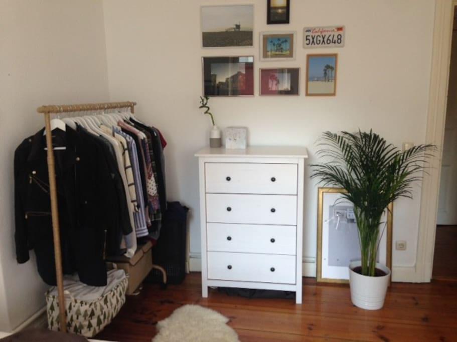 Schlafzimmer - Kommode kann bei Bedarf freigeräumt werden