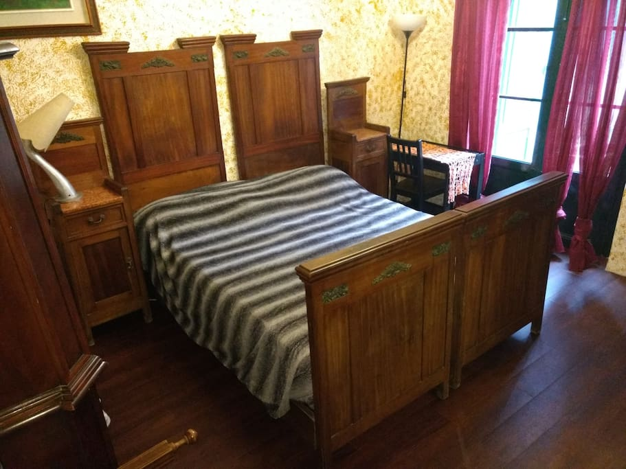 an ancient double bed with an embracing wooden headboard & footboard. We have noticed some pic on mobile are cut, please ask for full size ones or use the pc. :)
