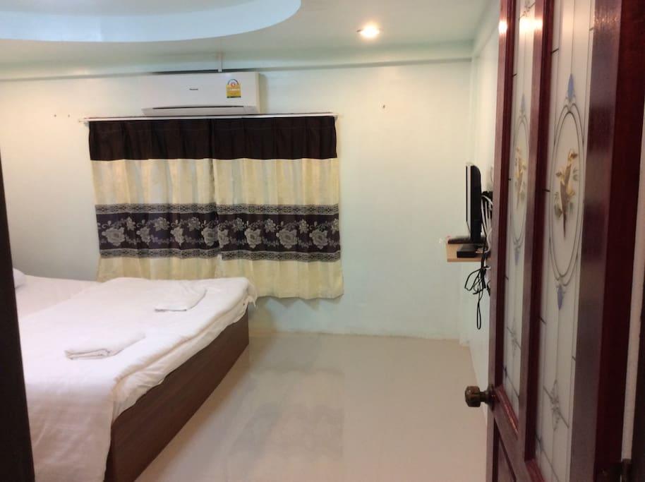 ห้องส่วนตัว แอร์ ทีวี ตู้เย็น อินเตอร์เนต (private room has aircondition, refrigerator, TV, internet promotion 350 bath per day