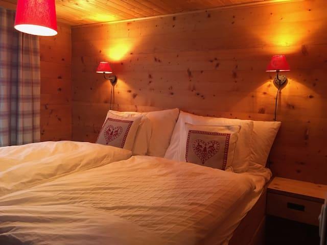 Schlafzimmer mit 1,80 Meter breitem Bett