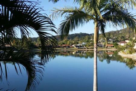 Return to Paradise + water views! - Elanora - บ้าน
