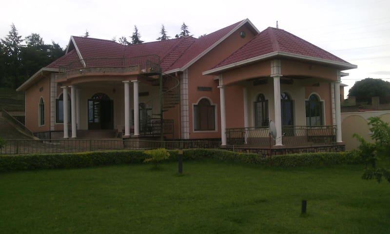 Belle grande maison (petit château)