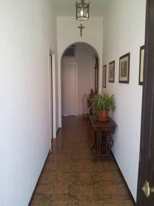 questa foto mette in evidenza l'entrata al piano terra dove a sinistra c'è una porta che conduce alla camera da letto padronale e di fronte soggiorno e cucina padronale con piccolo spazio all'aperto